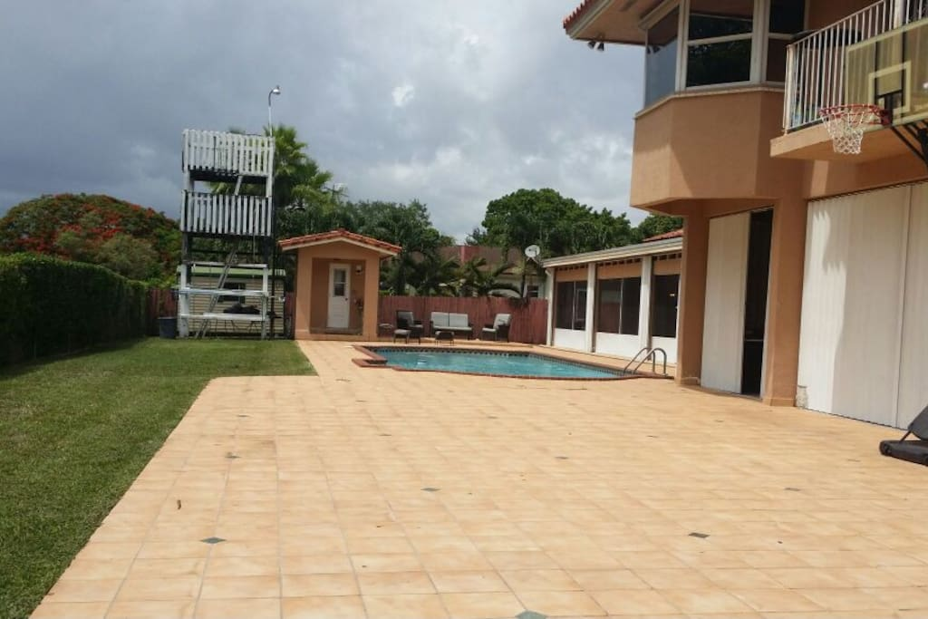 Big gorgeus house with private pool houses for rent in miami for Big houses in miami
