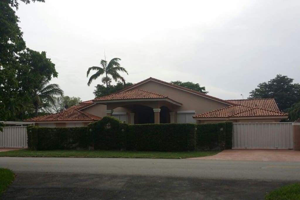 Big gorgeus house with private pool houses for rent in for Big houses in miami