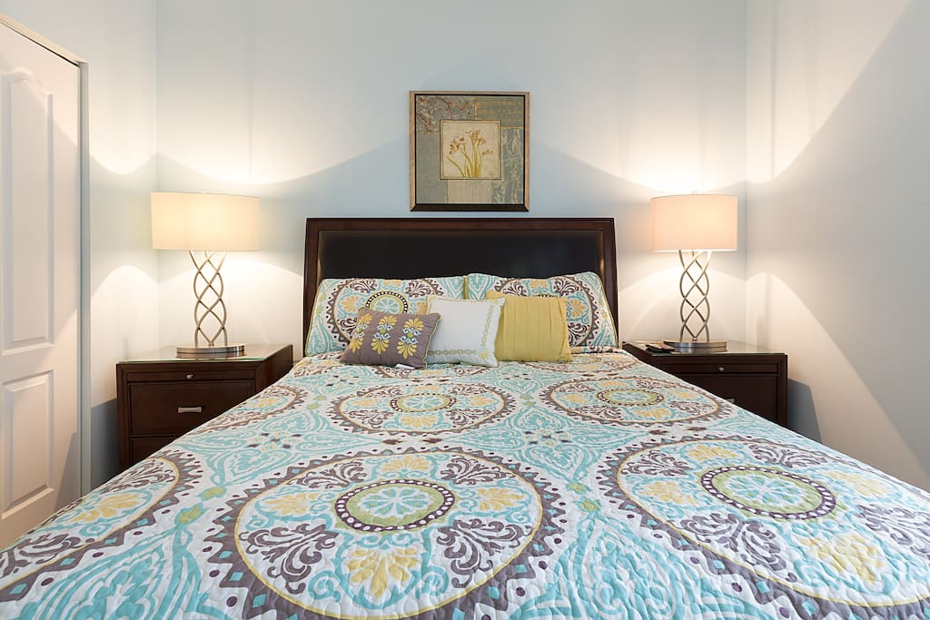 White linen and comfortable mattres await in your queen size bed!