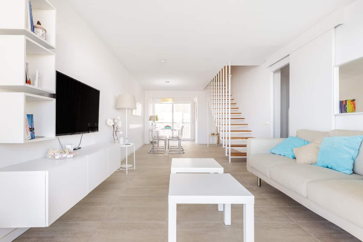 Schöne helle Wohnung am Strand mit Meerblick, zwei Pools, Sportbereich und Parks