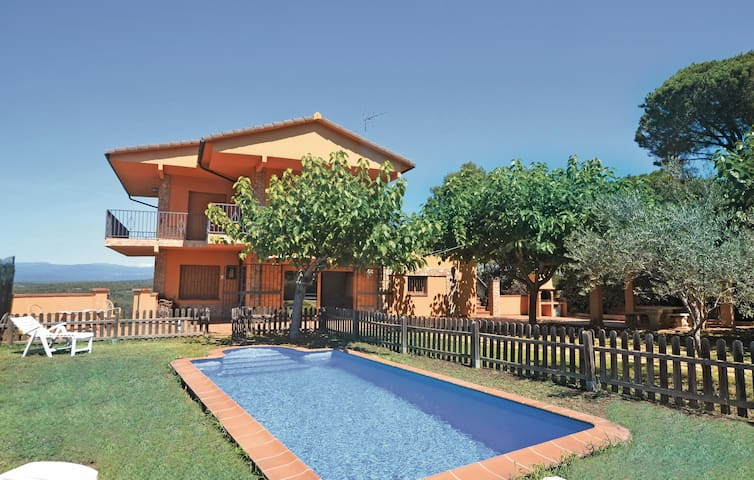 Holiday cottage with 5 bedrooms on 190 m² in Tordera
