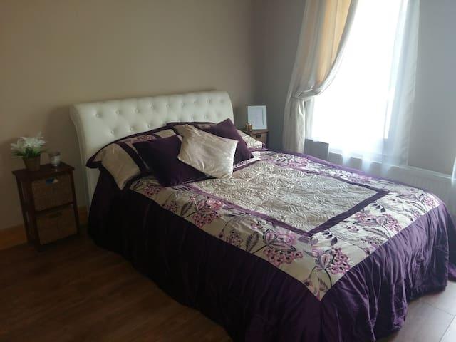 double bedroom  center to all. - Killarney - Huis