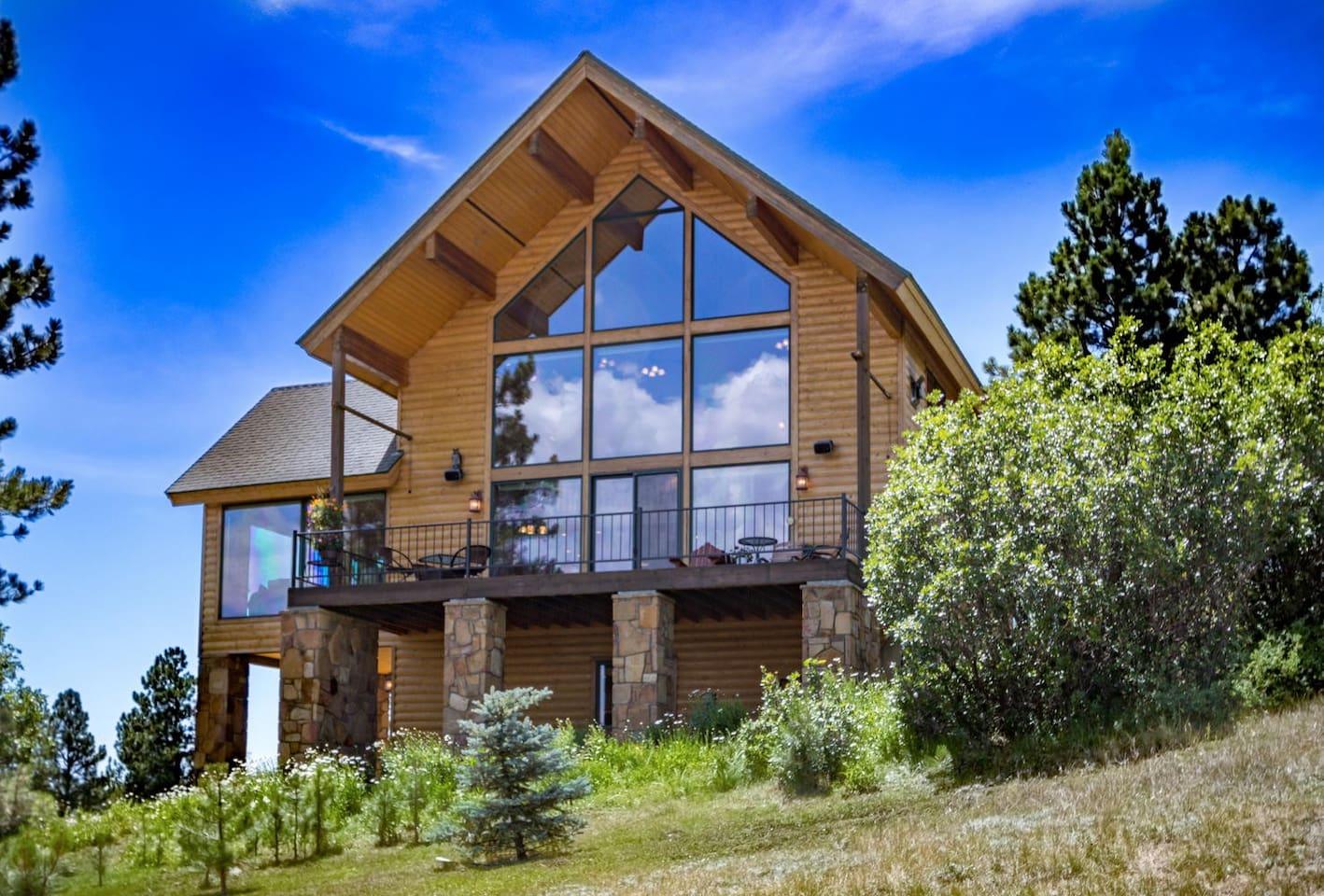 Luxurious hilltop cabin