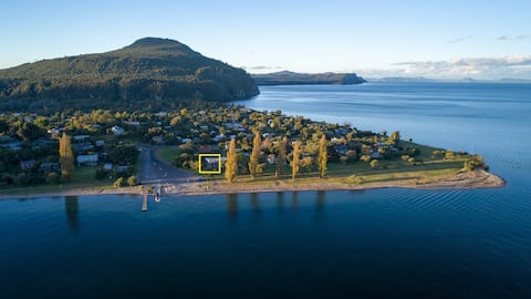 BEST LAKE VIEWS EVER- in a comfy iconic kiwi bach