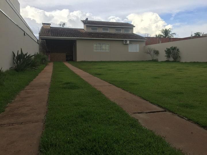 Casa acolhedora com amplo gramado