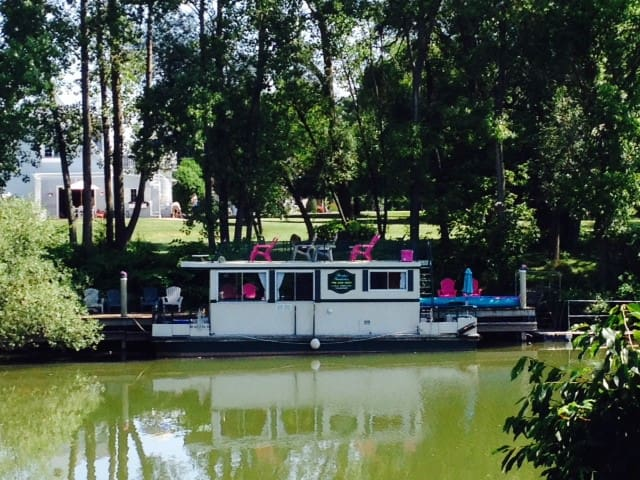 Unique Houseboat Experience on the Oak Orchard River