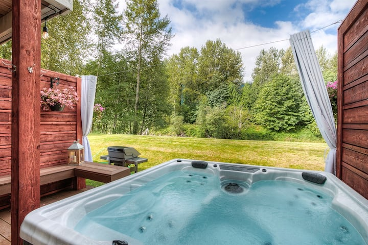 Moon River Suites 1 - on River, Private Hot Tub, Downtown by North Bend Escapes