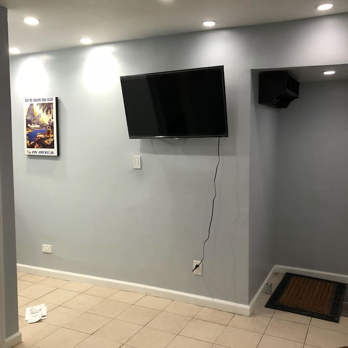 Reception Area w Smart TV (incl Netflix)