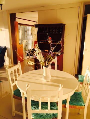Mesa del comedor, al fondo: el cuarto principal. (Dinning table, at the end you can see principal bedroom entrance)