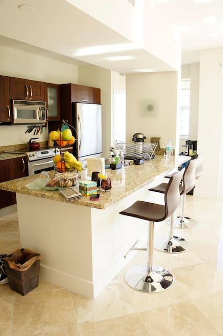 Kitchen & Kitchen Isle