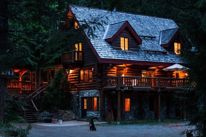 Sitka Alpine Log Cabin With Hot Tub!