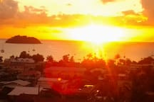 Couché de soleil de la terrasse, juste en face de chez moi, magique à l'heure du ti punch.. du mois de Mai à octobre, après derrière l'île à gauche