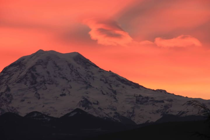Mount Rainier in Our Backyard! - Puyallup - House