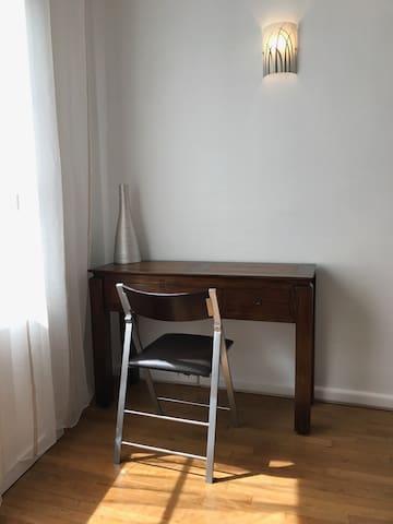 Le bureau en teck et bambou