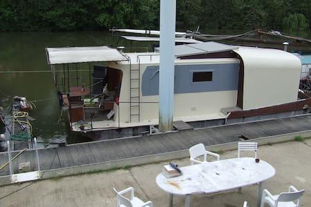 TOPO bateau sur la Seine, STADE DE FRANCE, PARIS - Boot