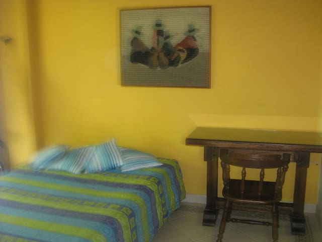 Family Home; a great place to stay! - Medellín - Bed & Breakfast