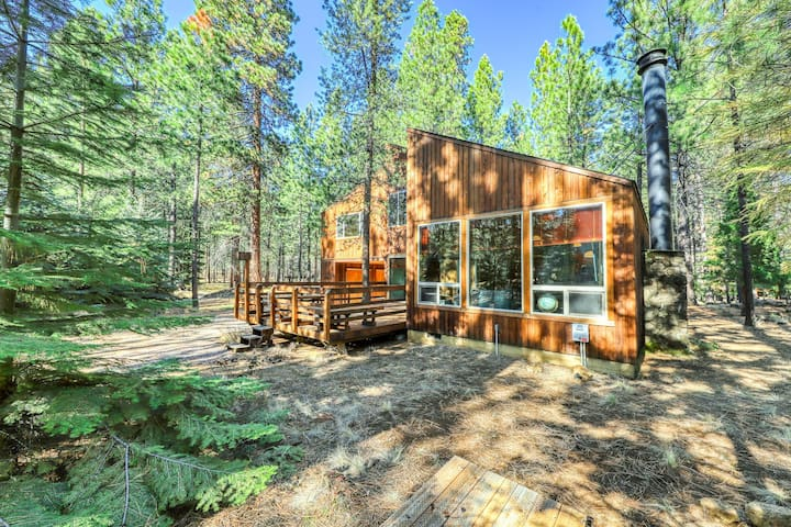 Unique & memorable home in quiet forest setting - shared pool & hot tub!