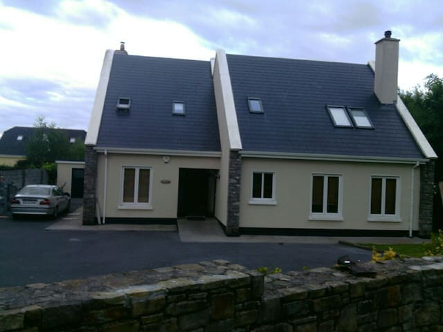 Convenient location in Galway  city - Galway - House