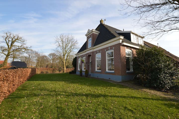Freistehendes Bauernhaus am Waldrand von Wapserveen