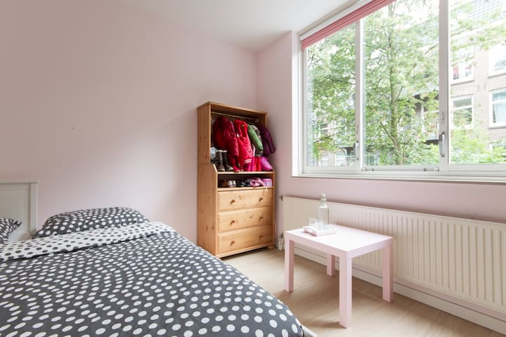 The second bedroom has a comfortable 2 person bed and is also located at the quiet backside of the apartment
