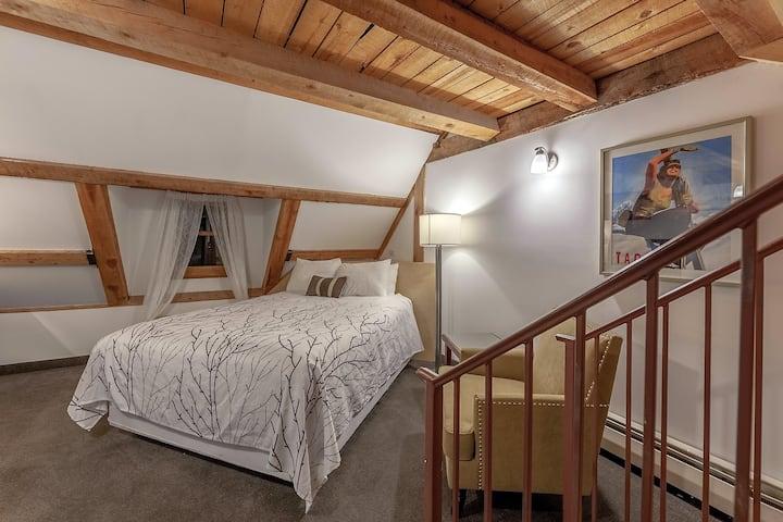 Loft room sleeps 4, 1 mile to slopes, Fireplace