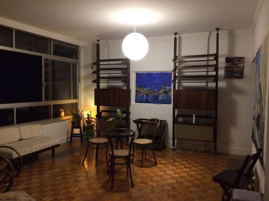 Living noturno: estante jacarandá