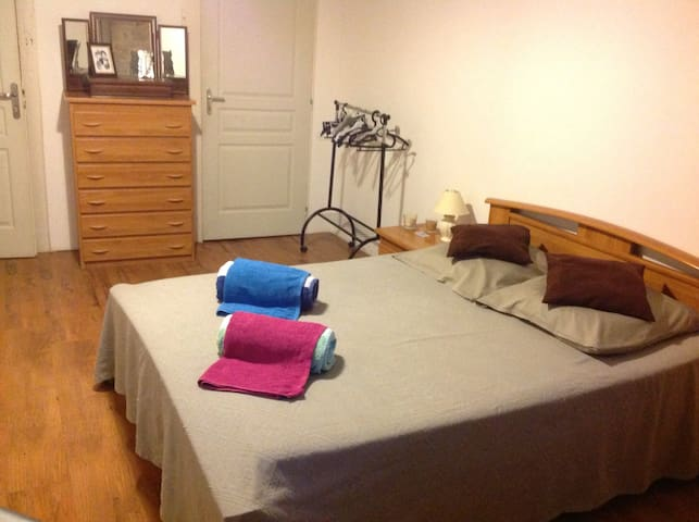 Grande chambre confortable claire - Caylus - Bed & Breakfast