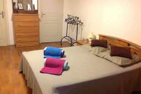 Grande chambre confortable claire - Caylus