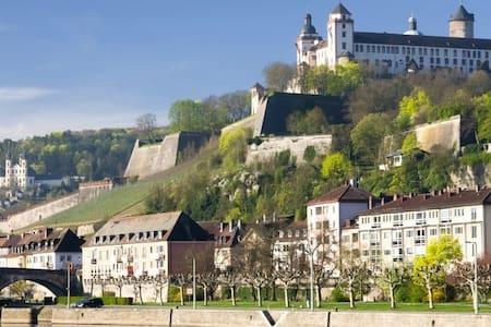zentrale Ferienwohnung in Würzburg - Appartamento