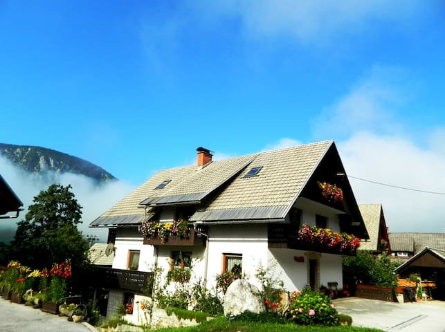 Room with balcony for two people - Srednja Vas v Bohinju - Talo