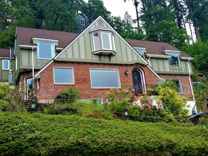 Beautiful home and view! Convenient! Queen bed.