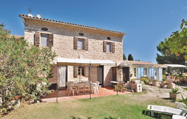 Stunning home in La Garde with Outdoor swimming pool and 2 Bedrooms