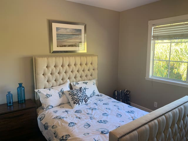 Light & bright Walnut Creek room w/pool access.