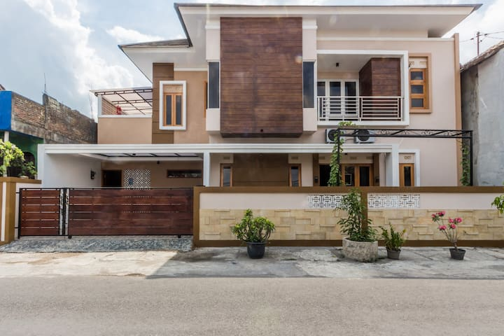 Stylish + Spacious House Close to Airport