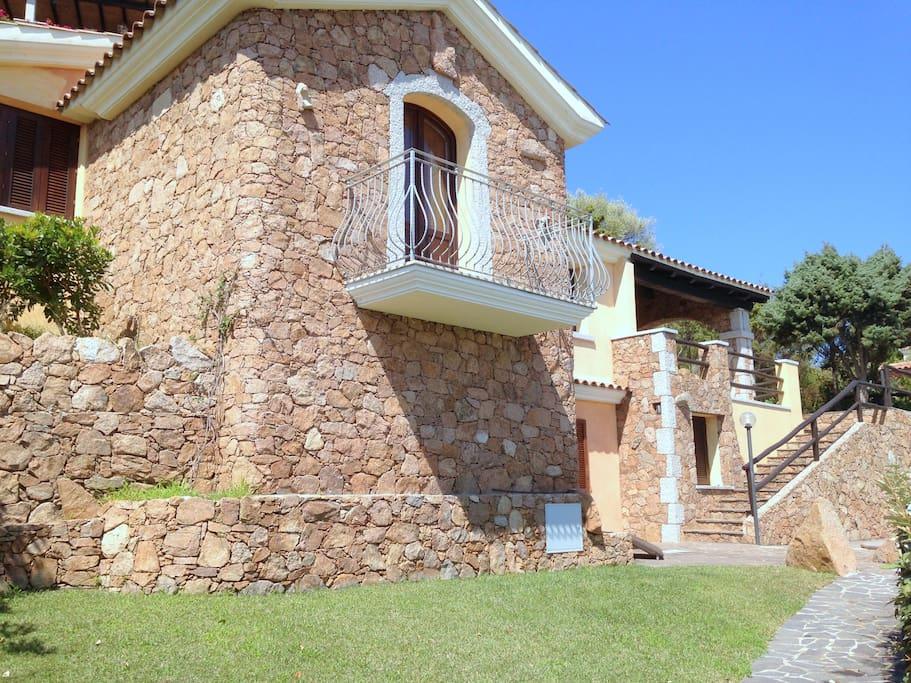 Fronte villa con balcone camera da letto e prato inglese