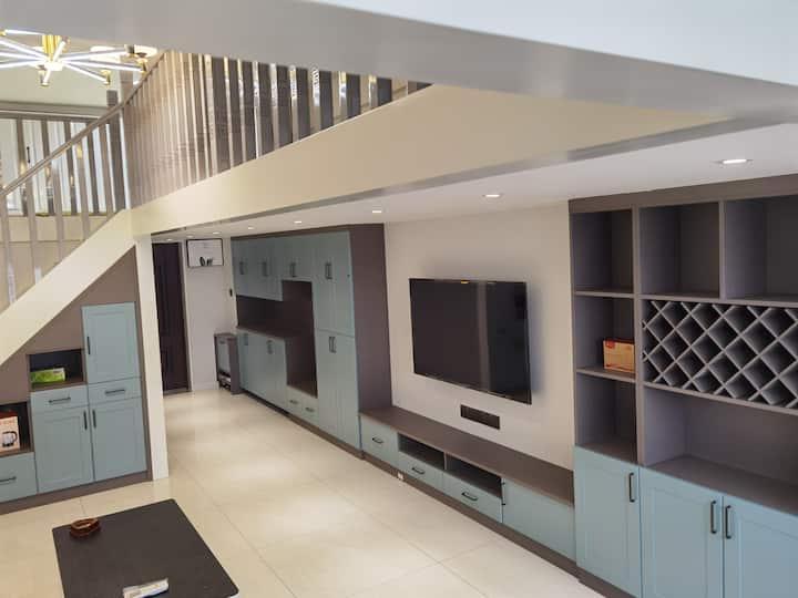 方特绿博园电影小镇现代清新loft,上层两张大床,下层一张沙发床;可做饭;独立卫生间,随时有热水供应
