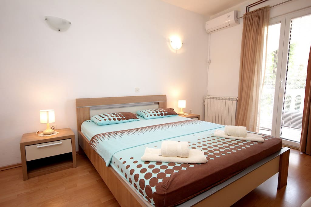 Double room appartements louer budva montenegro for What does salle de bain mean in english