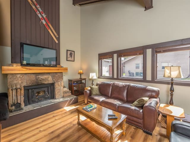 Big Sky Glacier Family Retreat Minutes from Town Center near Golf Course