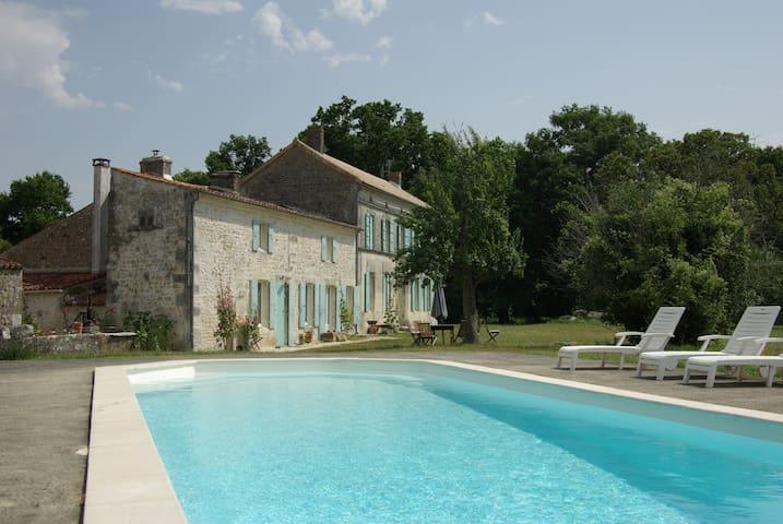 maison charentaise rénovée à neuf - Rétaud - House