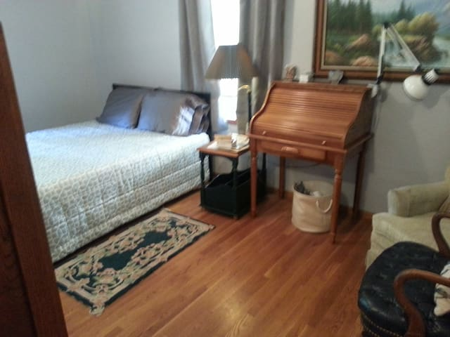 Private, sunny guestroom near LB Airport,