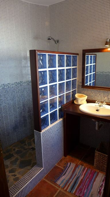 El baño para compartir entre las 2 habitaciones.