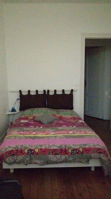 La seconde chambre, quelque peu plus petite mais tout aussi agréable. Aménagée d'un bureau et d'un lit double.
