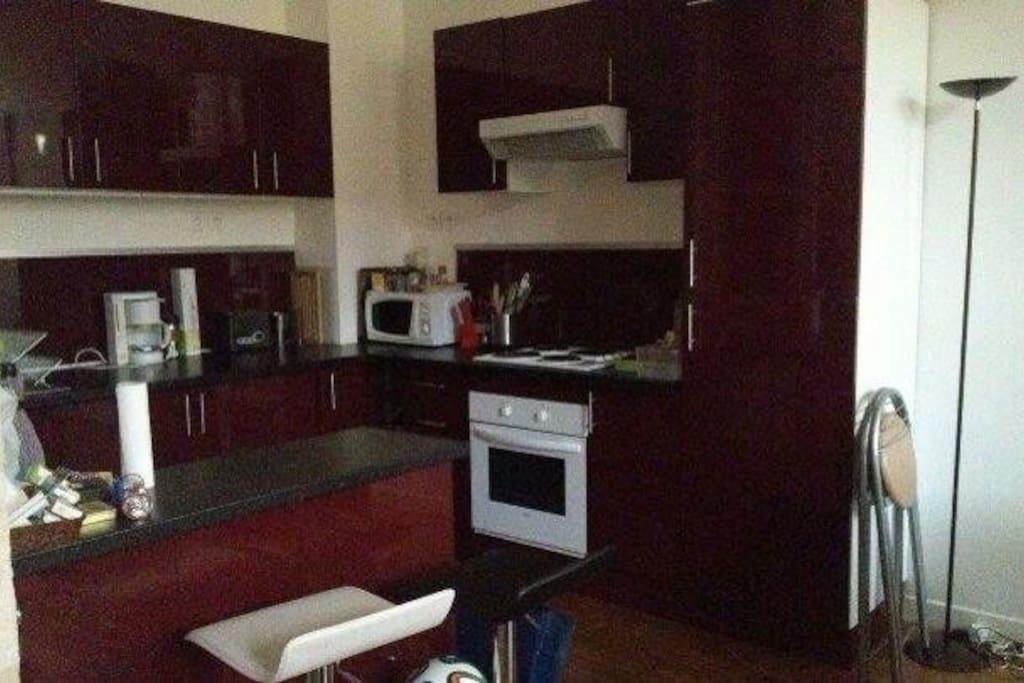 La cuisine est meublée et équipée entièrement, de quoi préparer de bons plats sur un large plan de travail!