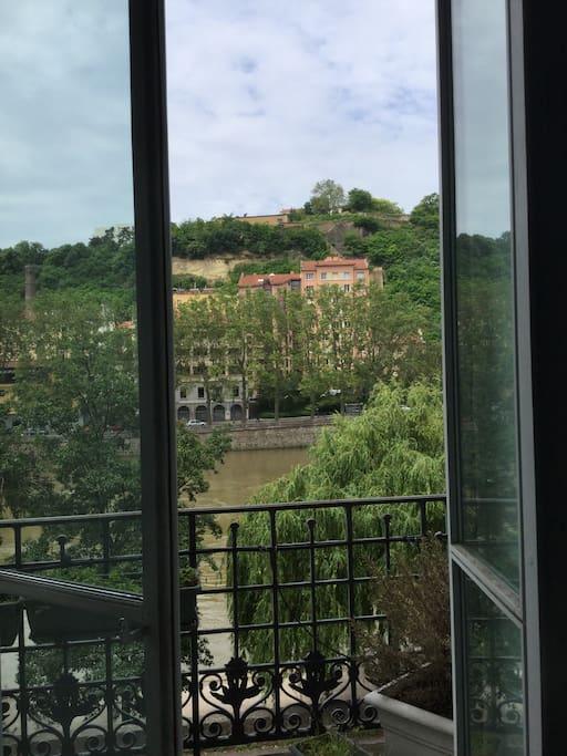 La vue depuis la chambre, avec un balcon sur la saone