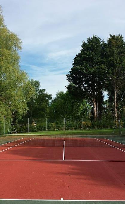 2 terrains de tennis dans le domaine