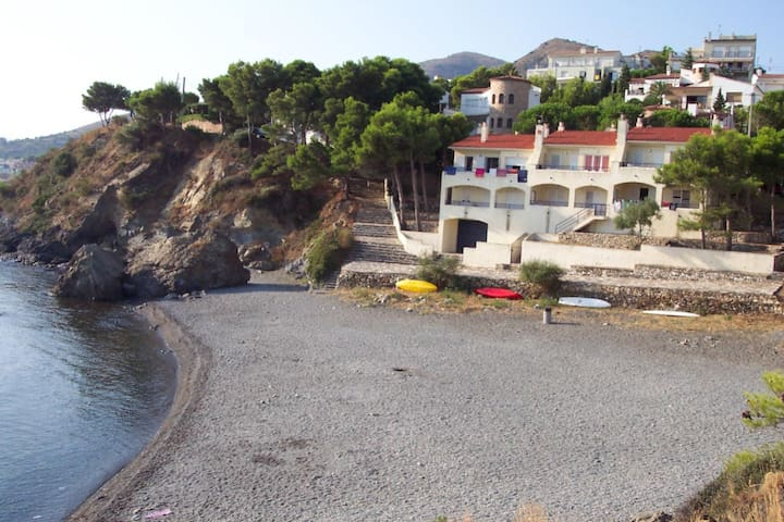 Spacious and well-lit terraced house situated on the seafront, with magnificent views of L - Llançà - Huis