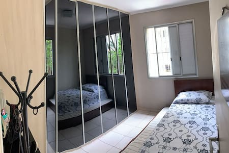 Quarto disponível com cama de solteiro