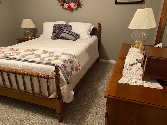 Heritage Room 1 queen ( plush mattress) small desk