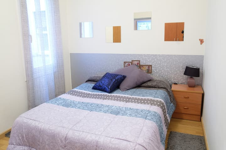 1. Habitación doble, amplia, acogedora y céntrica.