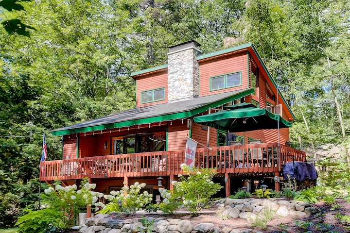 Woodland lodge w/ firepit, deck, grill & fireplace - walk to beaches, dogs OK!